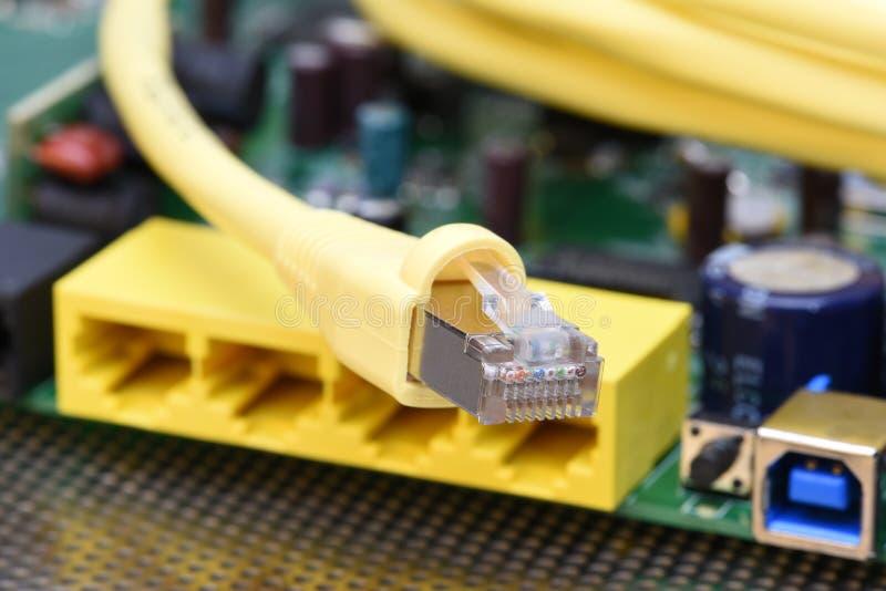 Netzkabel mit Elektronikrouter lizenzfreie stockfotos