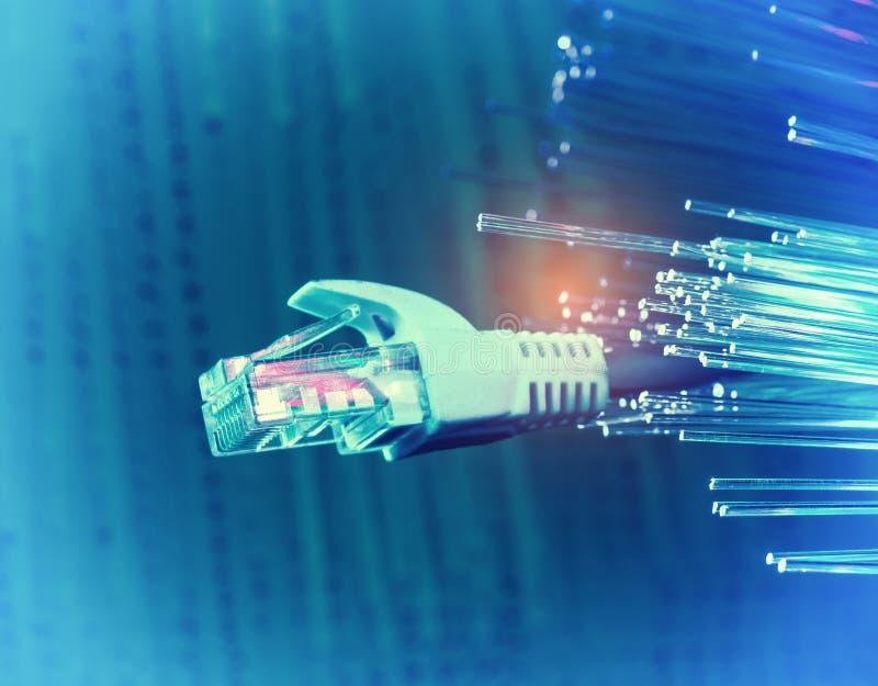Netzkabel mit Technologiefarbhintergrund lizenzfreie stockfotos