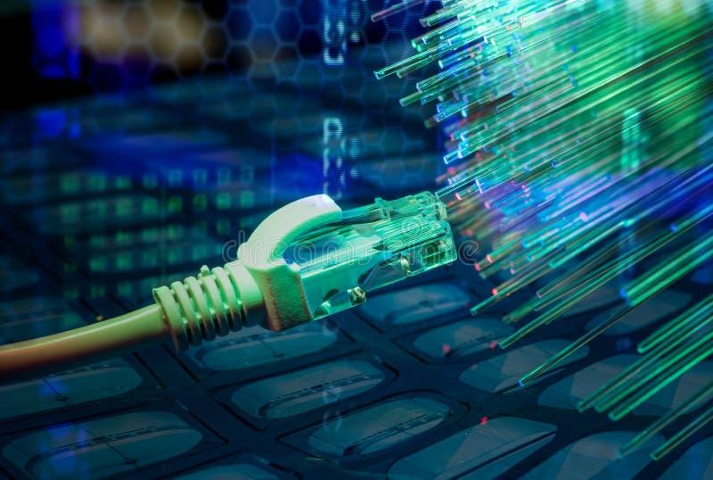 Netzkabel mit Technologiefarbhintergrund stockfoto
