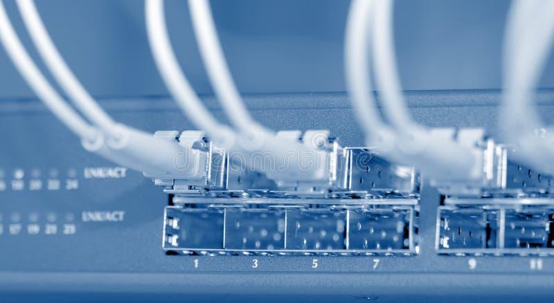 Netzseilzüge angeschlossen an einen Schalter stockbilder