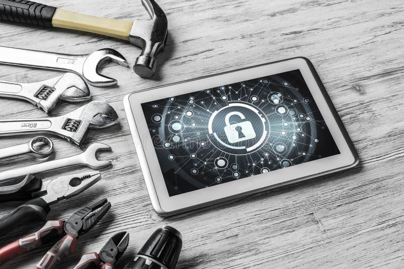 Netzsicherheit und Technologiekonzept mit Tabletten-PC auf Holztisch lizenzfreie stockbilder