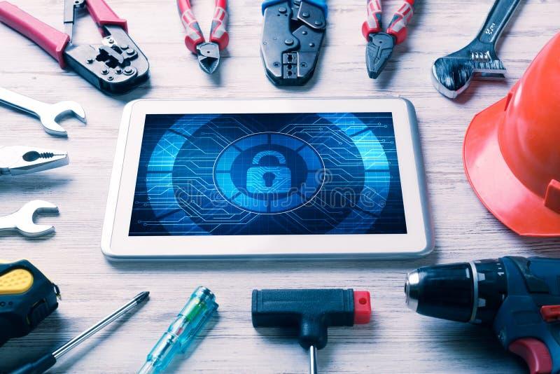 Netzsicherheit und Technologiekonzept mit Tabletten-PC auf Holztisch lizenzfreies stockbild