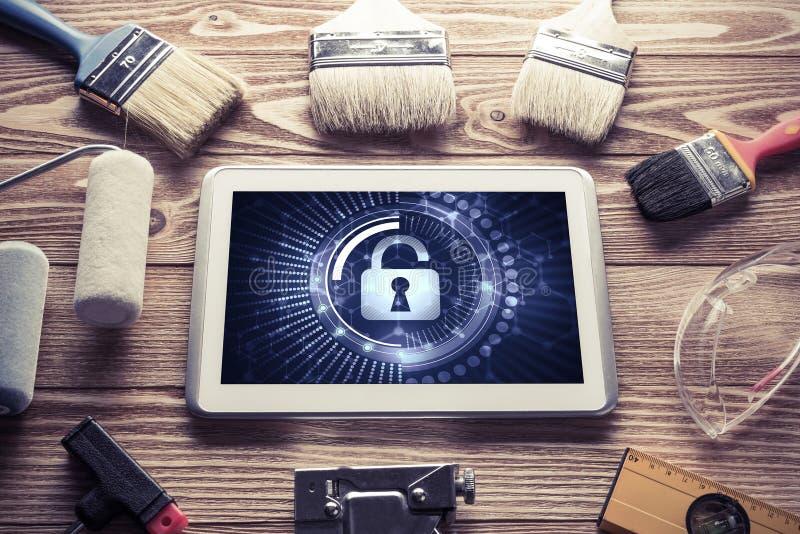 Netzsicherheit und Technologiekonzept mit Tabletten-PC auf Holztisch lizenzfreie stockfotografie