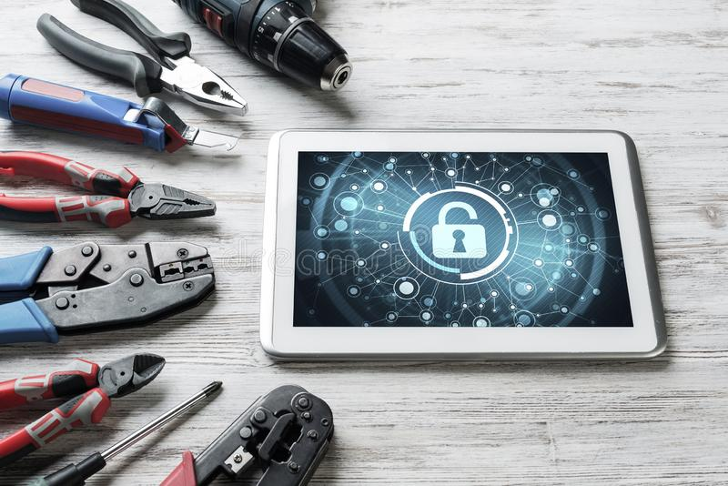 Netzsicherheit und Technologiekonzept mit Tabletten-PC auf Holztisch stockfotografie