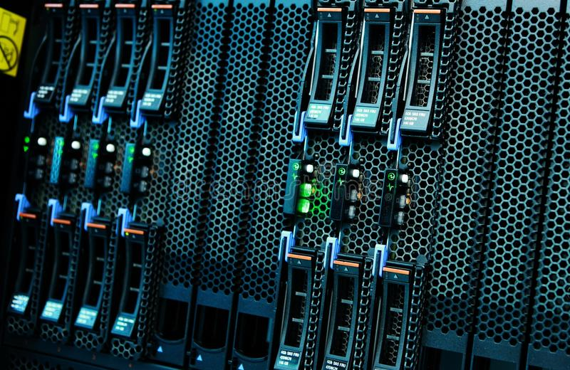 Netzwerk-Server-Berg auf Gestell im Datenraum stockfoto