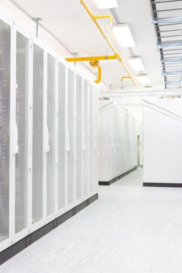 Netzwerk-Server-Raum mit Computern für digitale Fernseh-IPkommunikationen und -internet lizenzfreies stockfoto