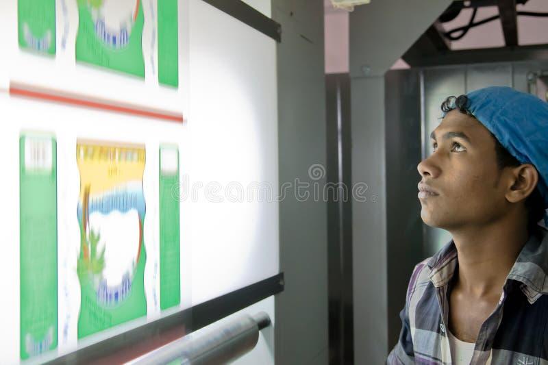 Neu-Delhi, Indien - 20. Juni 2018: junger Berufsinder, der in der Fertigungsindustrie überwacht technologic Maschinerie arbeitet lizenzfreie stockbilder