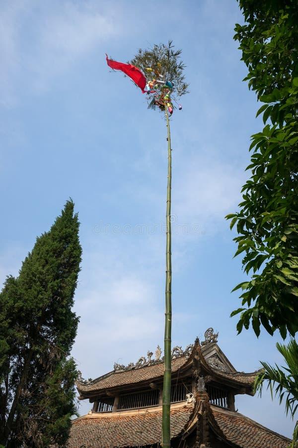 Neu träd Det vietnamesiska folket har en egen av att resa upp en bambupol som är bekant som ett Neu träd som är främst av deras h royaltyfri fotografi