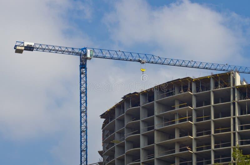 Neubau mit einem Kran lizenzfreie stockfotos