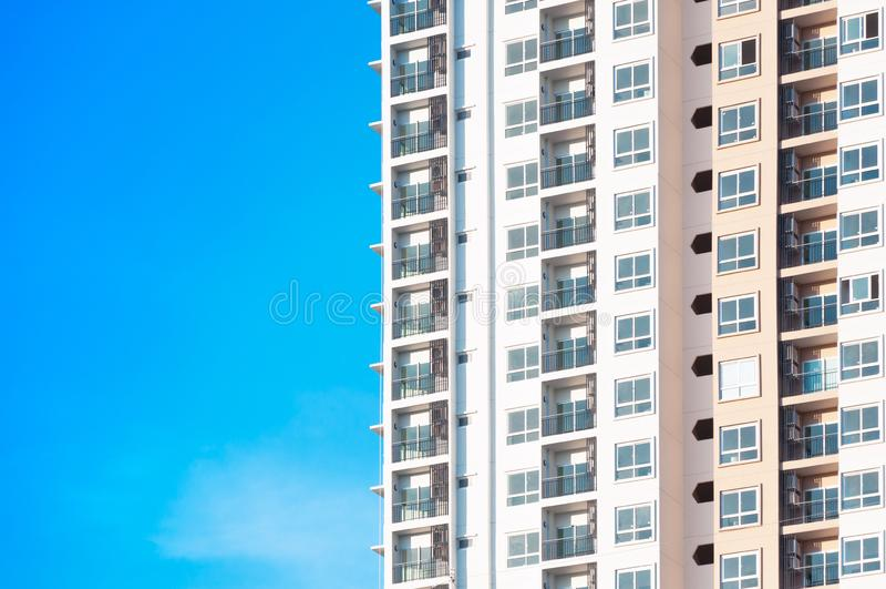 Neubauarchitektur auf Hintergrund des blauen Himmels, Architekturaußenansicht des niedrigen Winkels von modernem stockfoto