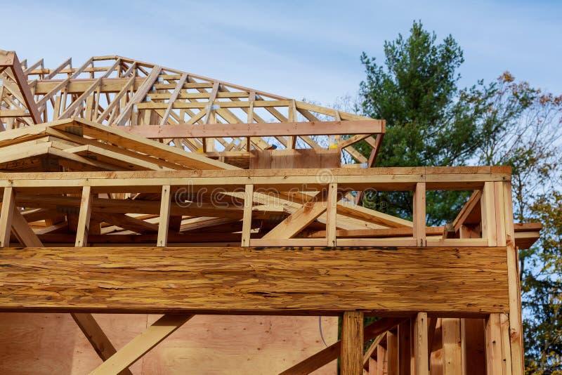 Neubaudach mit hölzernem Wohnungsbaugestaltung Bauholz-Rahmenhaus, Immobilien stockfotografie