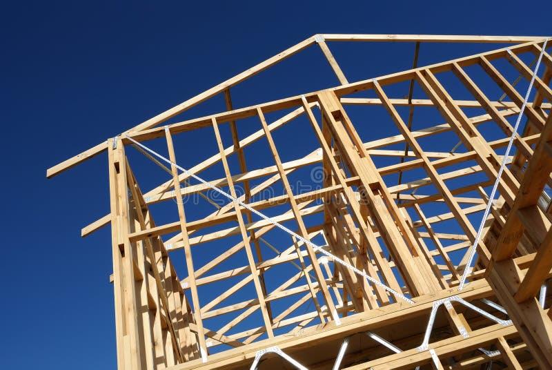 NeubauHauptgestaltung gegen blauen Himmel lizenzfreie stockfotos