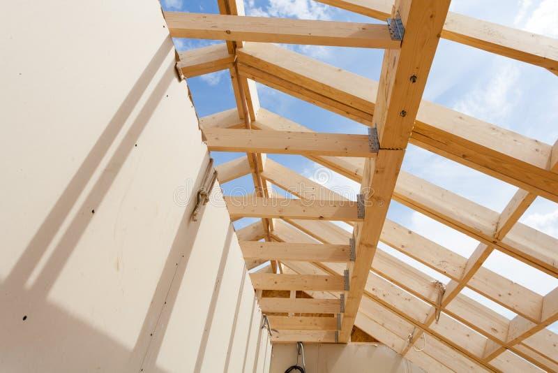 NeubauHauptgestaltung gegen blauen Himmel, Nahaufnahme des Deckenrahmens mit Gipskartonwand stockfoto