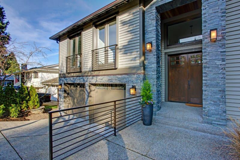 Neubauhaus außen mit elegantem Steinportal lizenzfreies stockfoto