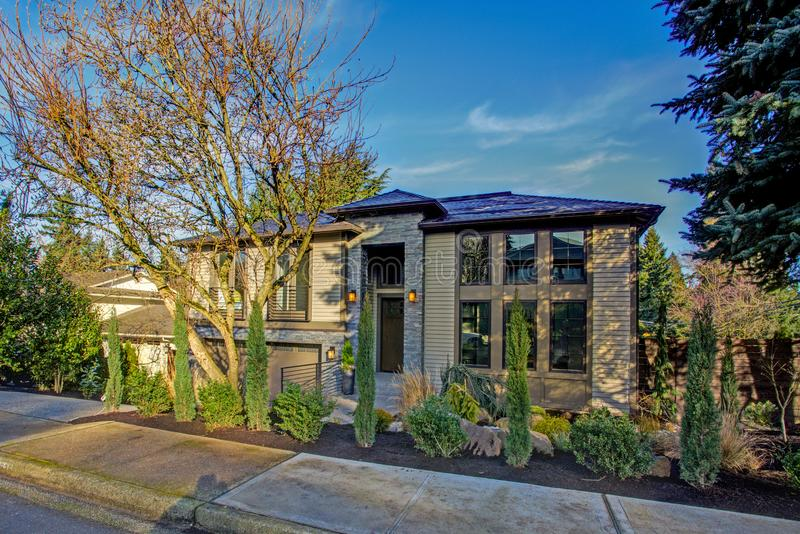 Neubauhaus außen mit tadellos landschaftlich gestaltetem Vorgarten lizenzfreie stockfotos