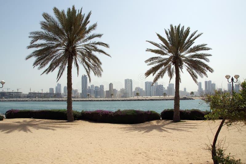 Neubauten als Wolkenkratzer in Dubai lizenzfreies stockfoto