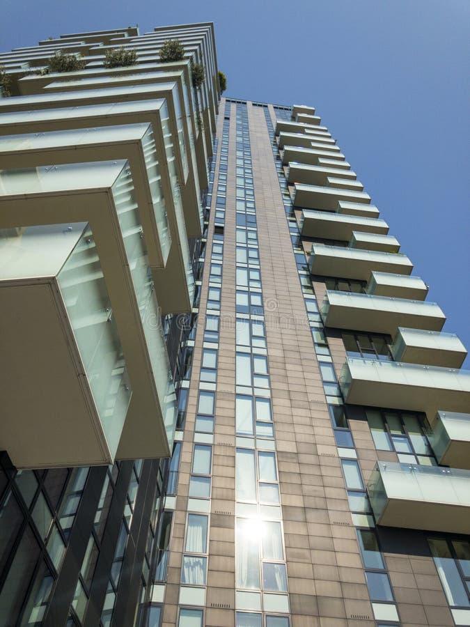 Neubauten in Mailand, in den Baustellen und in den Wohngebäuden, das neue Mailand Italien ousing Lösungen Solarien ragen hoch stockfotografie
