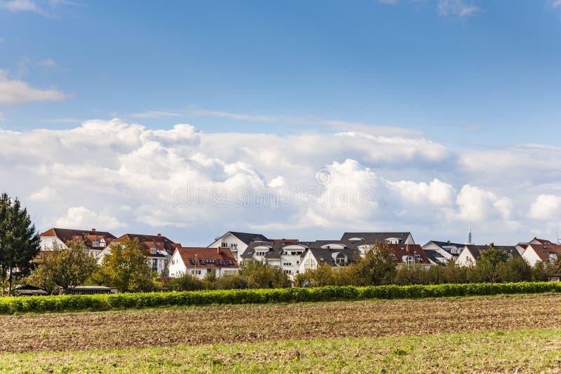 Neubauwohnungenbereich in der ländlichen Landschaft lizenzfreies stockbild