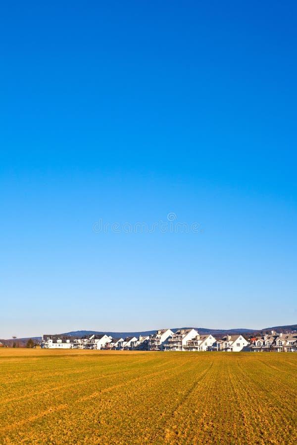 Neubauwohnungenbereich für Familien mit Feldern stockfoto