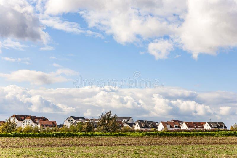 Neubauwohnungenbereich nahe dem Feld in München lizenzfreies stockbild