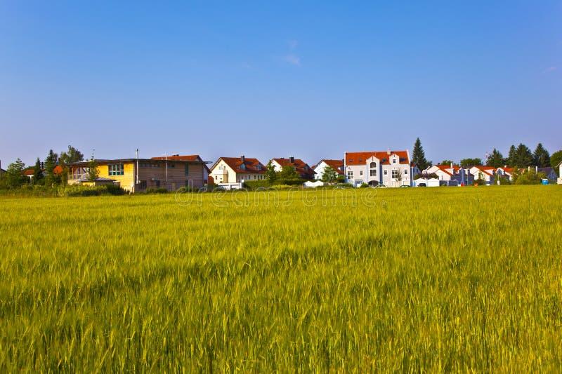 Neubauwohnungenbereich nahe der Wiese in der schönen Landschaft stockfoto