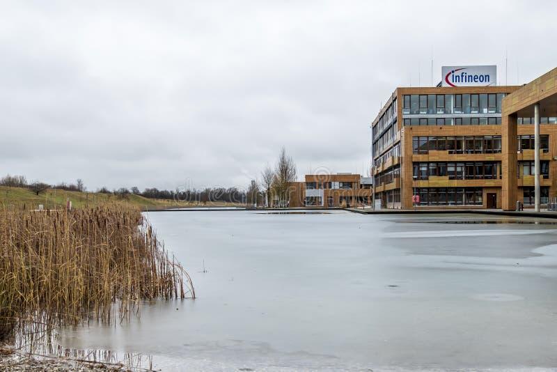 Neubiberg, Германия - 16-ое февраля 2018: Infineon контролирует их дело от их здания управления близко к стоковые фото