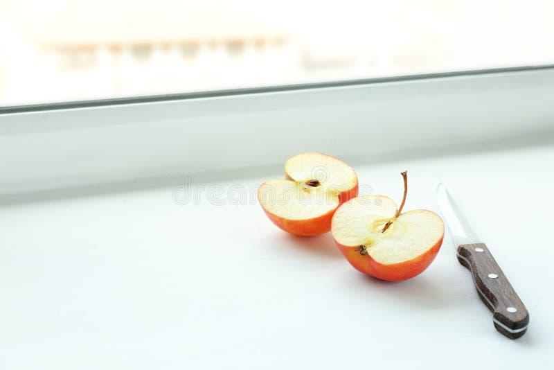 Neue Apfelschnitte in der Hälfte und im Messer stockfotos