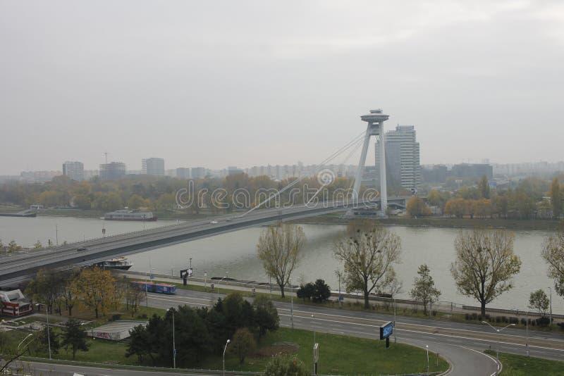 Neue Brücke vom Schloss - Bratislava, Slowakei lizenzfreie stockfotos