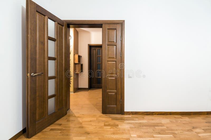 Neue braune Holztür im Hausinnenraum lizenzfreie stockfotos