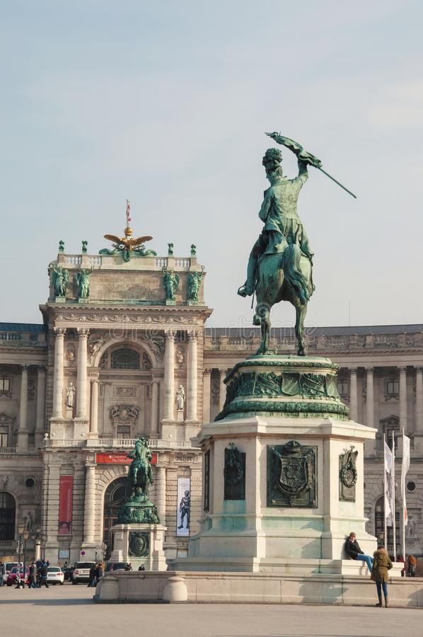 Neue-Burgpalast mit den Reiterstatuen lizenzfreie stockfotografie