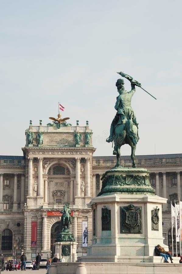 Neue-Burgpalast mit den Reiterstatuen lizenzfreie stockbilder
