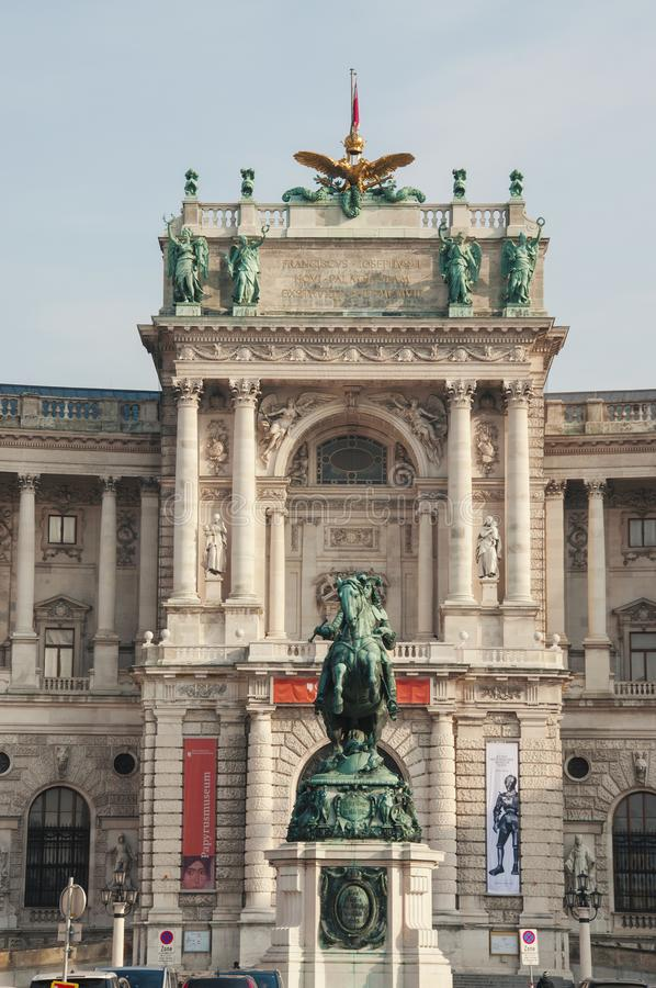 Neue-Burgpalast mit der Reiterstatue stockbilder
