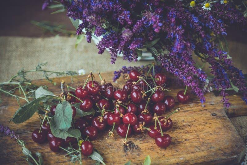 Neue cerries auf einem hölzernen Trencher stockbilder