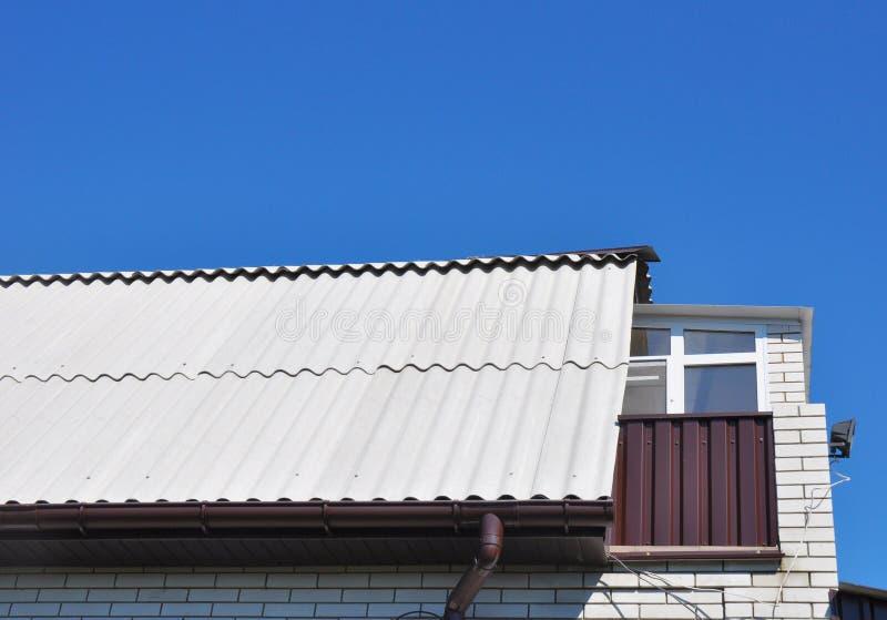 Neue Dachplatten des gefährlichen Asbests mit Dachfenster, Mansardenfenster und kleinem Balkon lizenzfreies stockfoto