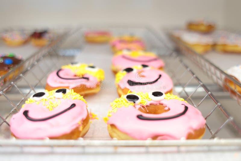 Neue Donutlöcher auf Anzeige lizenzfreies stockfoto