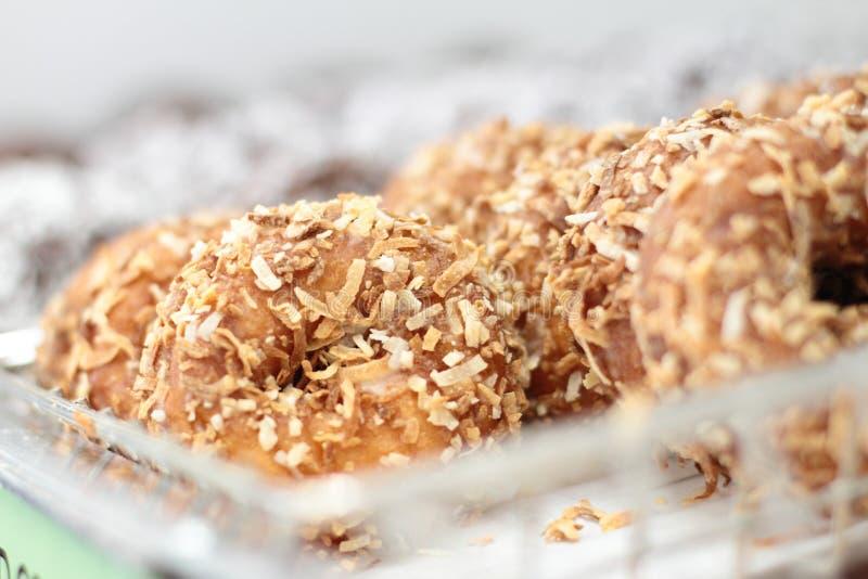 Neue Donutlöcher auf Anzeige stockfotografie