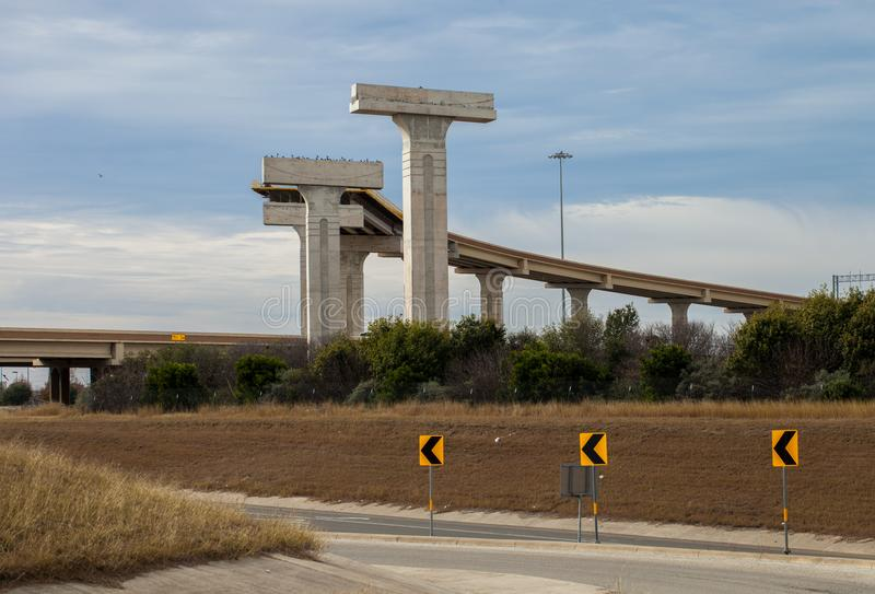 Neue erhöhte Landstraße im Bau am Schnitt von Schleife 410 und VON US-Weg 90 auf San Antonio, Texas stockfotos