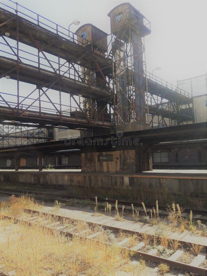Neue funktionalistische Architektur industrielle Bahnhofsfracht Zizkov Prag in heißem in Mitteleuropa-Protestanten prag lizenzfreies stockfoto
