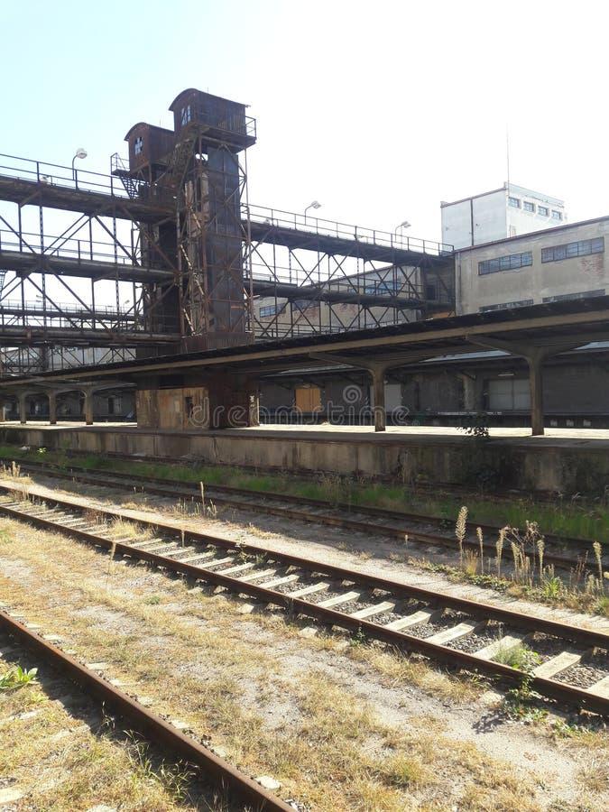 Neue funktionalistische Architektur industrielle Bahnhofsfracht Zizkov Prag in heißem in Mitteleuropa-Protestanten prag lizenzfreie stockfotografie