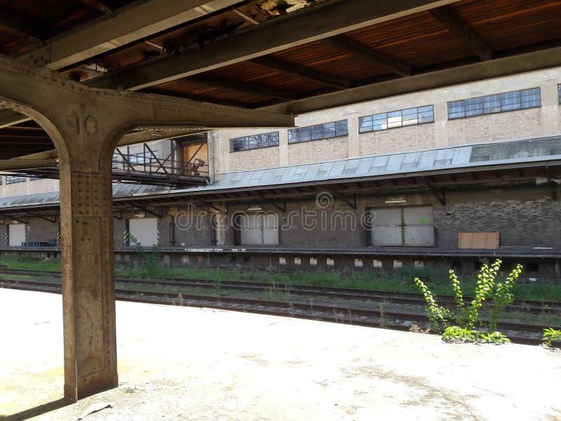 Neue funktionalistische Bahnstation industrielle Bahnhofsfracht Zizkov Prag in heißem in zentralem Europes lizenzfreies stockfoto