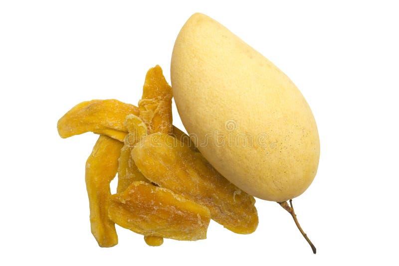 Neue gelbe Mango und Scheiben der getrockneten Mango auf einem weißen Hintergrund stockfotografie