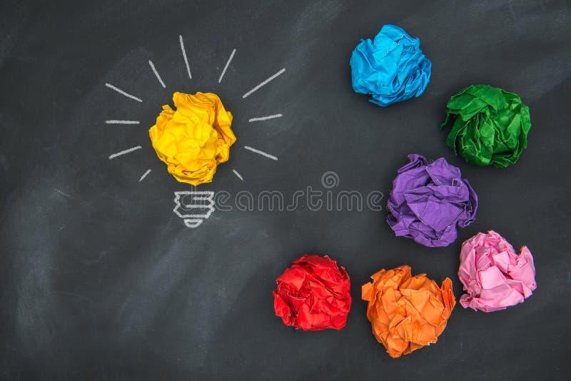 Neue gute Ideen, bunter Papierball auf Tafel stockfoto