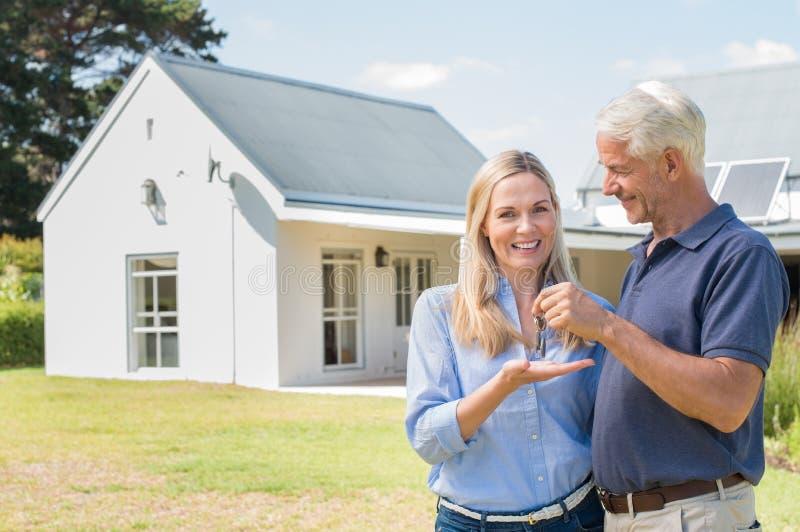 Neue Hauseigentümer mit Schlüssel lizenzfreies stockbild