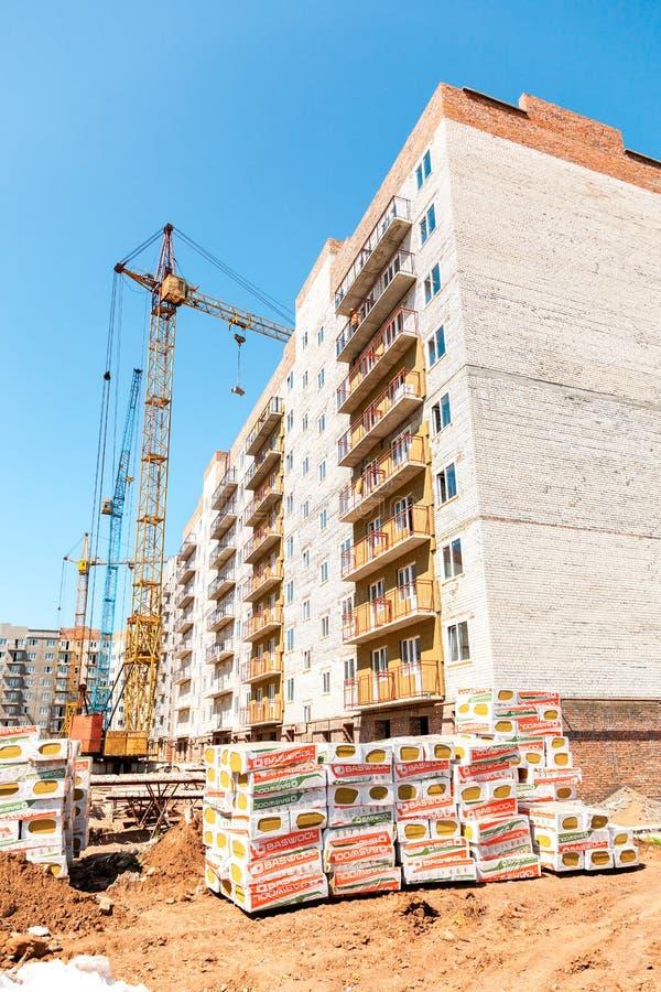 Neue hohe Wohngebäude im Bau mit Kräne agai lizenzfreies stockbild