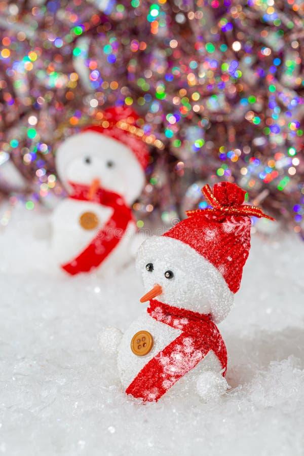 neue Ideen, das Haus zu verzieren dieses Weihnachten Schneem?nner auf ihnen rote H?te und Schals Schneem?nner auf wei?em Schnee n lizenzfreies stockfoto