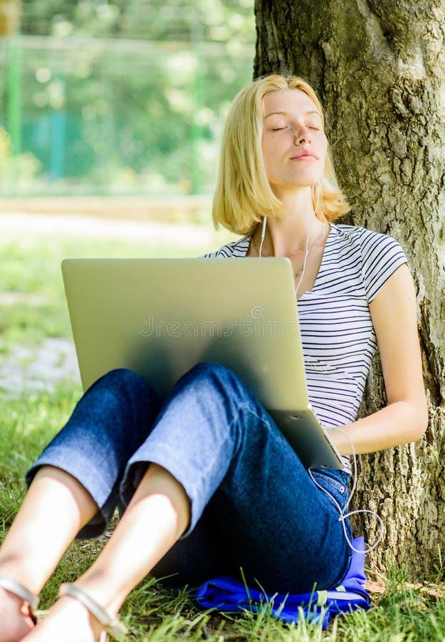 Neue Ideen Mädchen Blogger schreiben Posten für Soziales Netz Mädchen lässt ihr Blog auf Notizbuch laufen Sommer online moderne F stockfotos