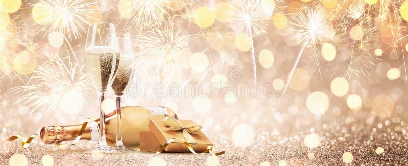 Neue Jahre Eve Celebration mit Champagne und Feuerwerken lizenzfreie stockfotografie