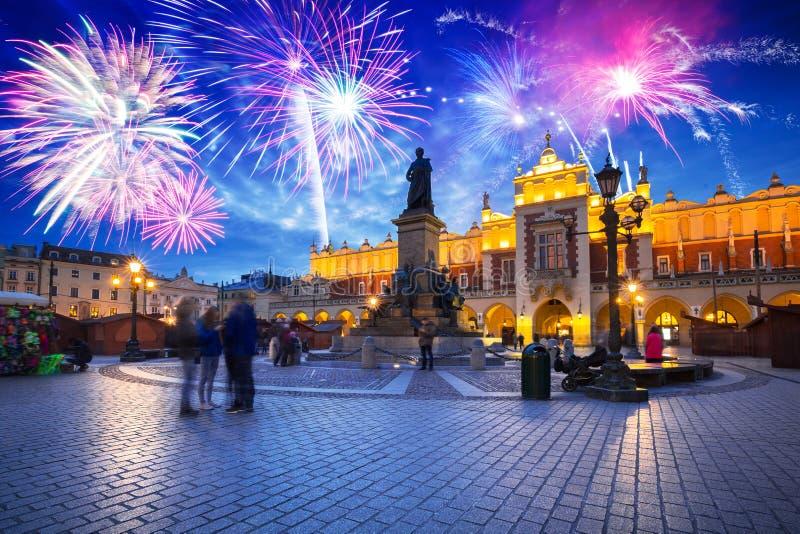 Neue Jahre Feuerwerksanzeige über dem Hauptplatz in Krakau lizenzfreie stockfotografie