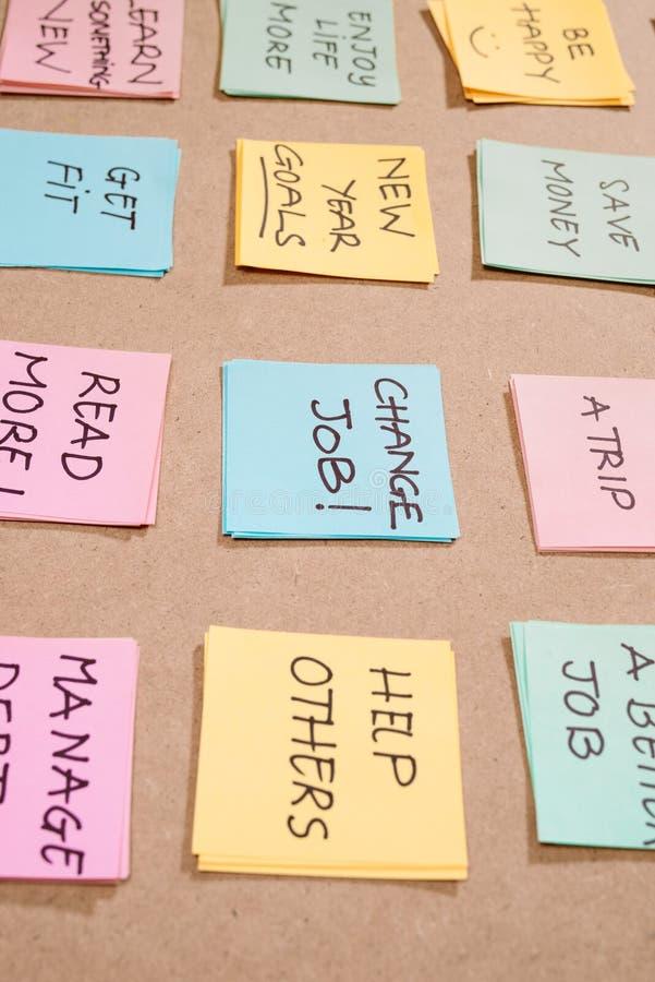 Neue Jahresziele oder -aufsätze - farbige Klebenotizen auf einem Notepad mit Kaffee-Cup stockbild