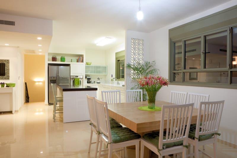 Neue Küche in einem modernen Haus stockbilder